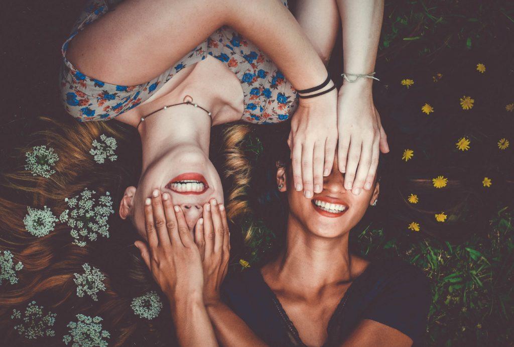 顔を隠し合う女性